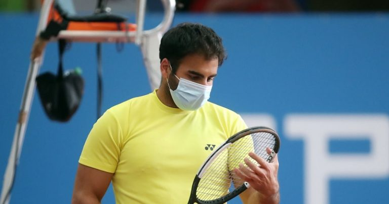 Tenistas de mascara marcam torneio na Alemanha